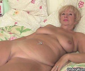 Mollige Oma bekommt Ihre alte pussy gefingert vom Fotografen