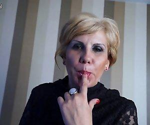 Blonde Reife Schlampe Mama beim masturbieren auf dem Sofa